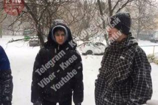Киевские подростки ради развлечения распыляли в прохожих слезоточивый газ и снимали это на телефон