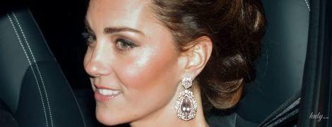 В розовом платье и с бриллиантами в ушах: роскошная герцогиня Кембриджская посетила банкет по случаю юбилея принца Чарльза