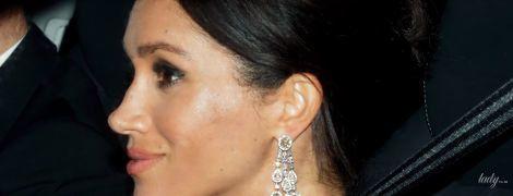 Выглядит блестяще: герцогиню Сассекскую Меган сфотографировали по дороге на банкет в честь юбилея принца Чарльза