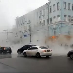 В центре Киева снова прорвало трубу – кипяток залил всю улицу