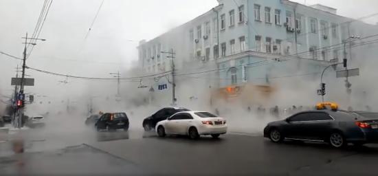 У центрі Києва знову прорвало трубу – окріп залив усю вулицю