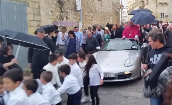 У мережі обурюються ролику, у якому десятки дітей тягнуть священика в Porsche вулицями Мальти