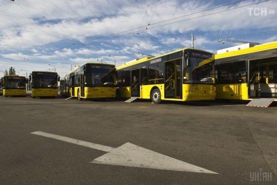 У Чернігові поблизу обласної ради вщент вигорів тролейбус