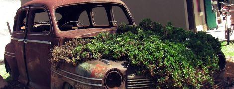 У Львові почали прибирати іржаві машини, які роками стоять на вулицях