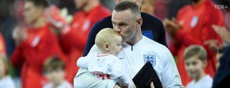 Обіймаючи своїх дітей, отримав спеціальну нагороду: як зустріли Руні в прощальному матчі за збірну Англії