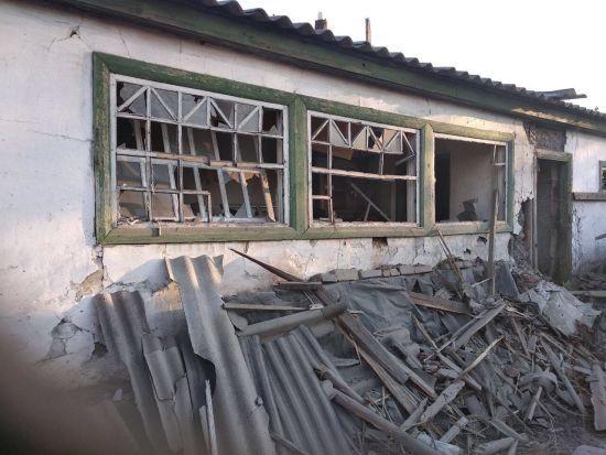 Розтрощені будинки і обірвані проводи: у штабі ООС показали наслідки обстрілу селища під Горлівкою