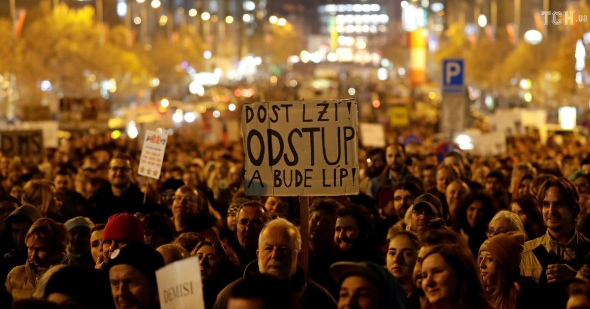 """У Чехії тисячі людей вийшли на протест проти прем'єр-міністра через """"кримський скандал"""" із його сином"""