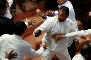 Депутати Шрі-Ланки влаштували масову бійку через прем'єра