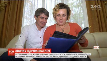 Опять свадьба. В Одессе пара поженилась в третий раз