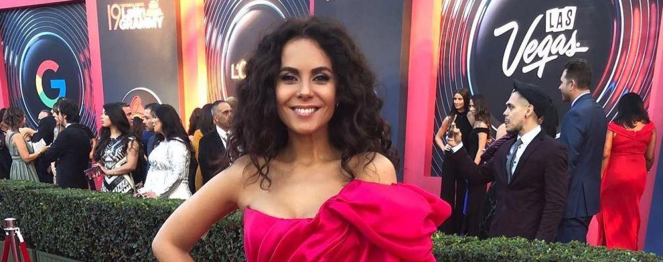 В пышном платье цвета фуксии: яркая Настя Каменских на красной дорожке Latin Grammy в Лас-Вегасе