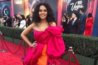 У пишнiй сукнi кольору фуксії: яскрава Настя Каменських на червоній доріжці Latin Grammy в Лас-Вегасі