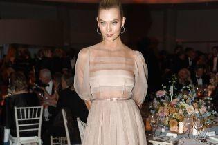 В полупрозрачном нюдовом платье: нежный образ Карли Клосс на гала-ужине