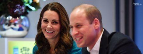 Кейт Миддлтон в ярком бирюзовом платье и принц Уильям поддержали детей - жертв буллинга
