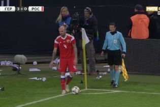 Немецкие фанаты закидали бумагой футболиста сборной России