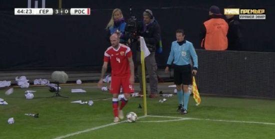 Німецькі фанати закидали папером футболіста збірної Росії