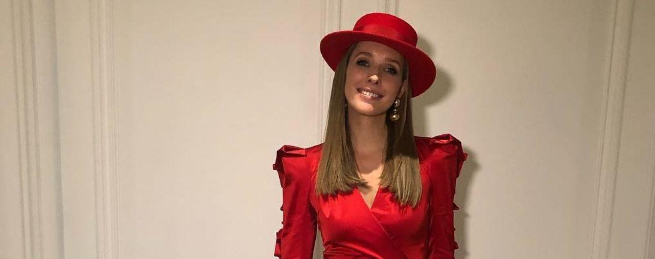 В алом платье с разрезом и в шляпе: элегантная Катя Осадчая на церемонии BFA