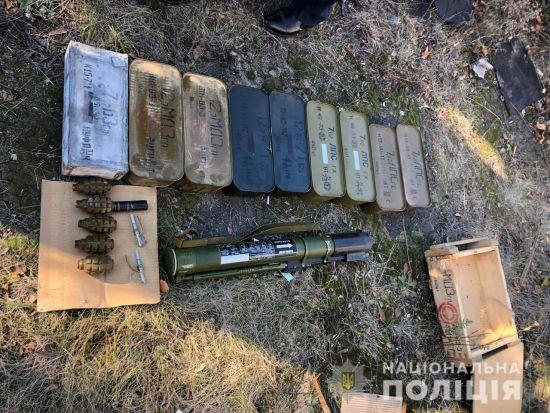 На Донеччині у покинутому будинку виявили схованку з боєприпасами та гранатометом