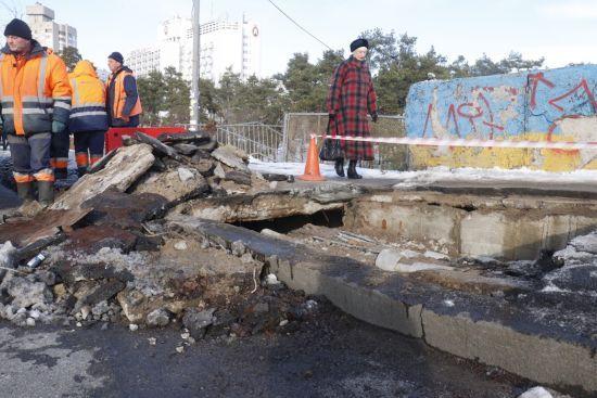 На столичній Дарниці провалився шляхопровід