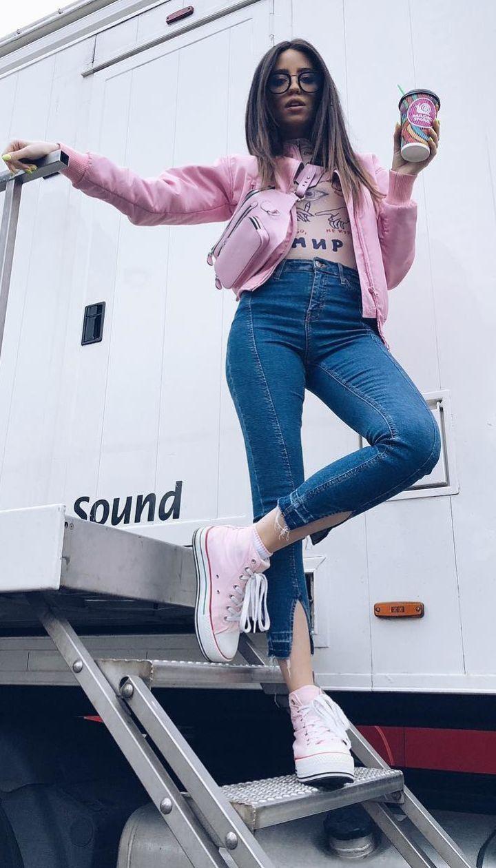 Розовые кеды, кожаные штаны и поясные сумки: три стильных лука Нади Дорофеевой
