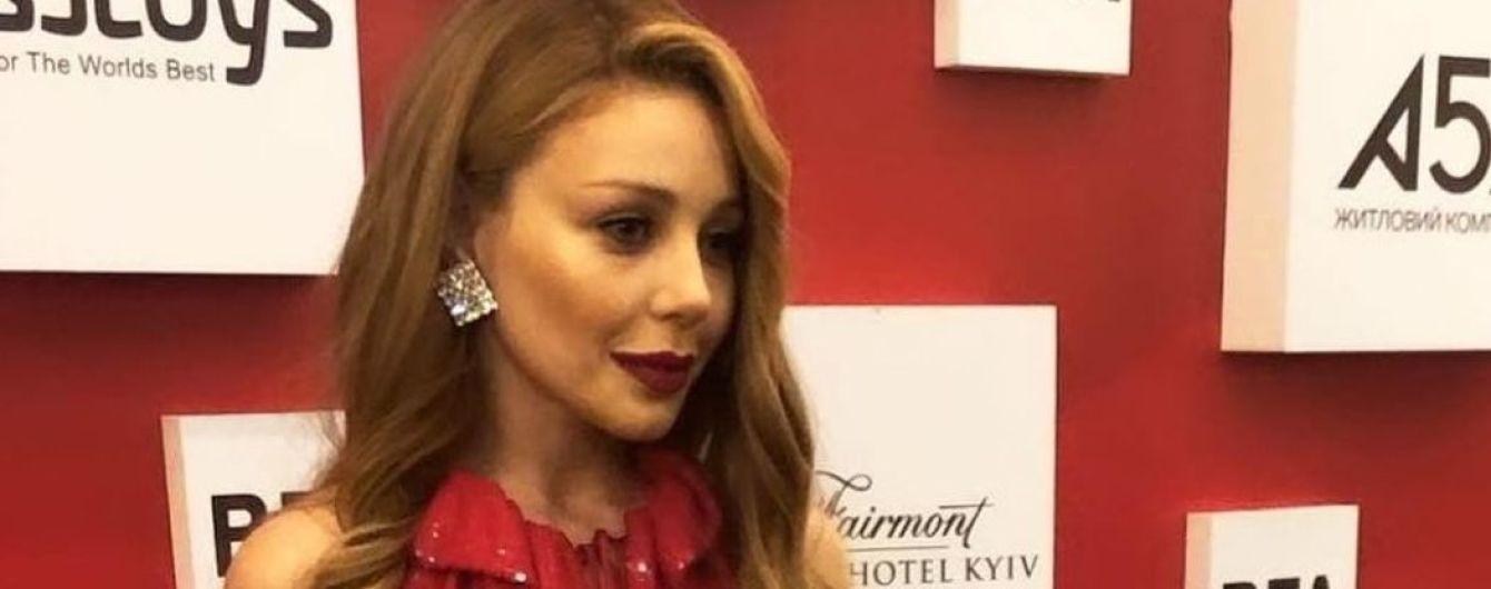 Тіна Кароль в сексуальній червоній сукні блищала на світській церемонії
