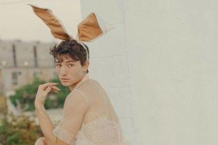 """Звезда """"Фантастических тварей"""" Эзра Миллер на каблуках и в кружевном платье стал героем Playboy"""