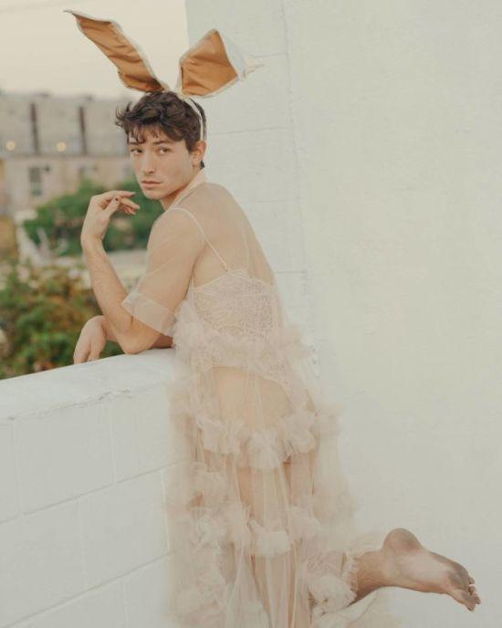 """Зірка """"Фантастичних звірів"""" Езра Міллер на підборах та у мереживній сукні став героєм Playboy"""