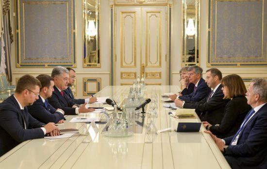 Порошенко закликав Захід посилити санкційний тиск на Росію