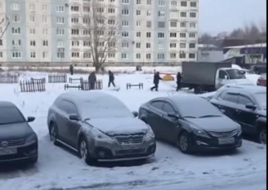 У Росії комунальники встановили дитячий майданчик, сфотографували і відразу демонтували