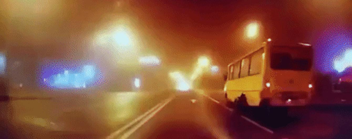 Во Львове на видео зафиксировали, как у маршрутки посреди дороги отпало заднее колесо