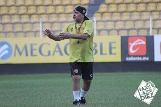 Никакого уважения к легенде: Марадону разбудил телефонный звонок во время матча