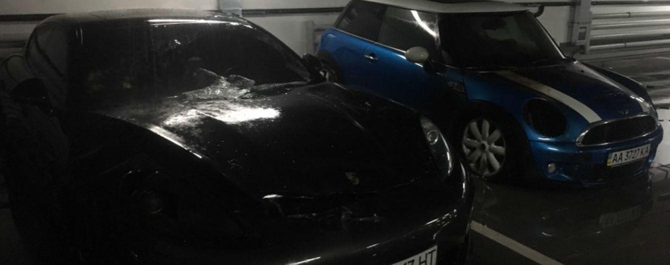 У Києві на паркінгу підпалили авто. Вогонь перекинувся на сусідній Porsche Panamera