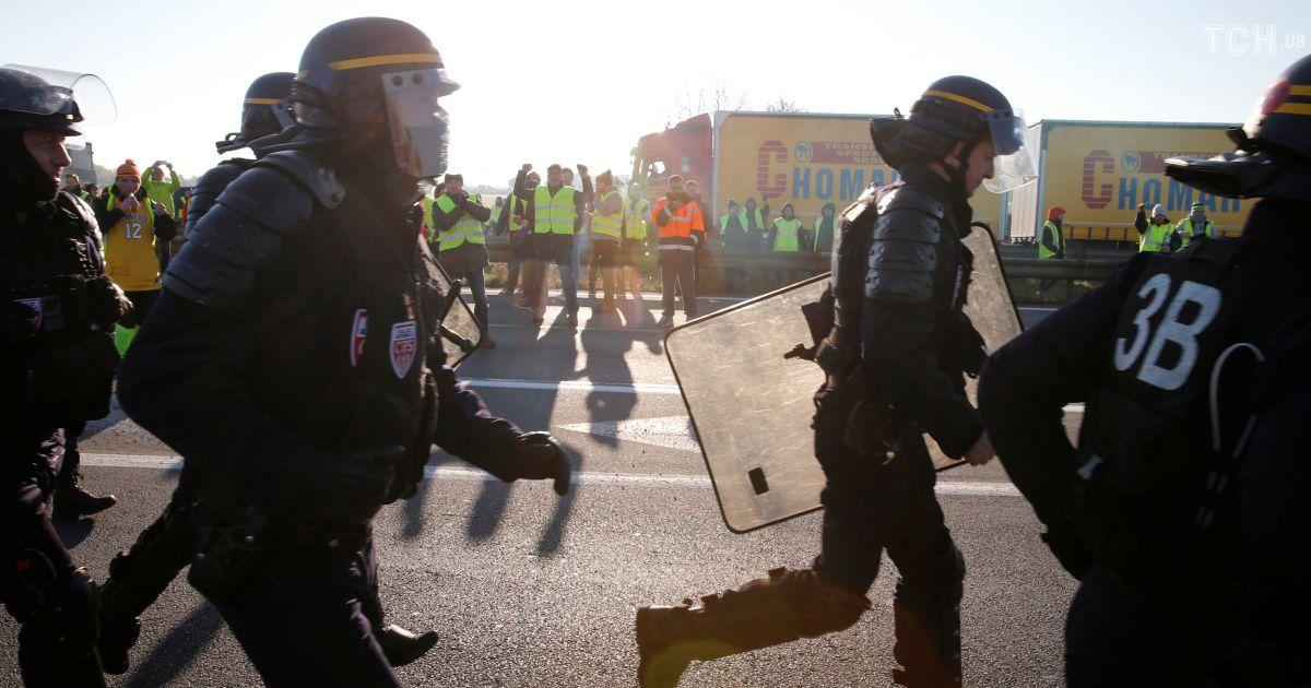 Акция «желтых жилетов». Недовольные повышением цен набензин французы блокируют дороги