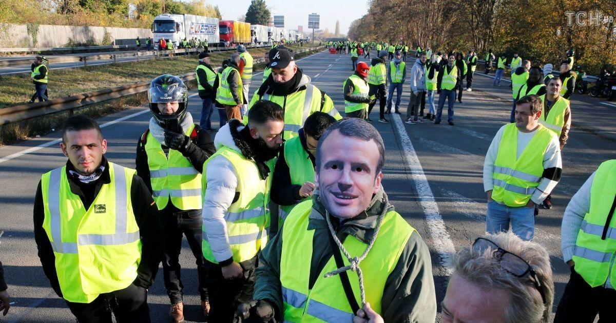 Число пострадавших выросло до 100— Протесты воФранции