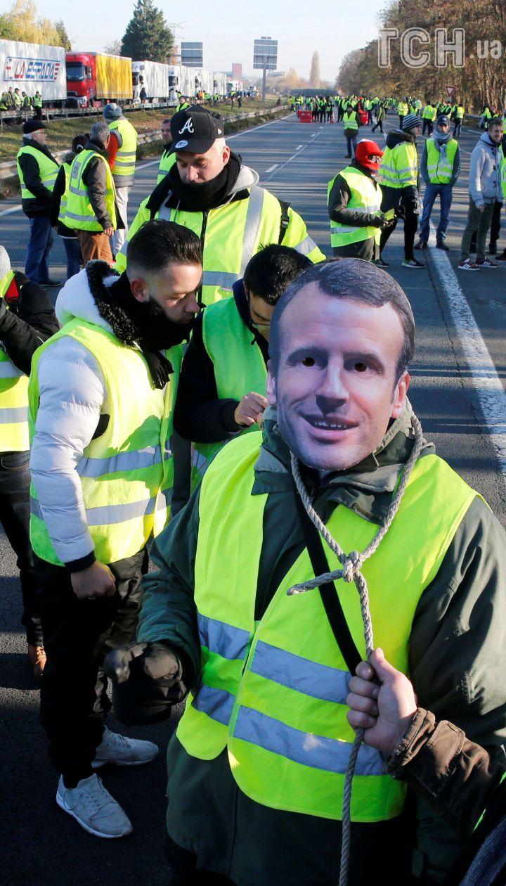 Франція зупинилася в масових протестах водіїв у жовтих жилетах: є загиблий та десятки поранених