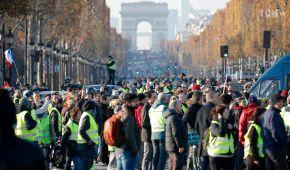 """Из-за протеста """"желтых жилетов"""" во Франции парализованы дороги, травмы получили уже до полусотни человек"""