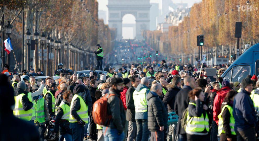 """Через протест """"жовтих жилетів"""" у Франції паралізовані дороги, травми отримали вже до півсотні людей"""