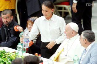 Папа Римский пообедал за одним столом с тремя тысячами бедных