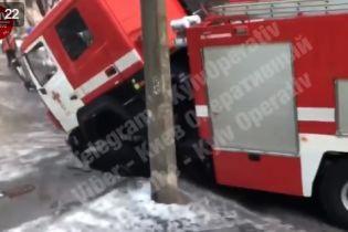 В Киеве машина спасателей провалилась под асфальт, когда ехала на пожар
