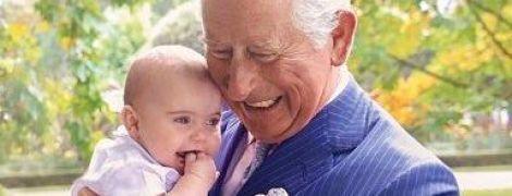 На руках з принцом Луї: палац поділився ще одним зворушливим знімком на честь ювілею принца Чарльза