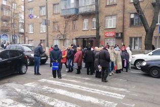 В Киеве люди перекрыли улицу из-за холодных батарей в домах