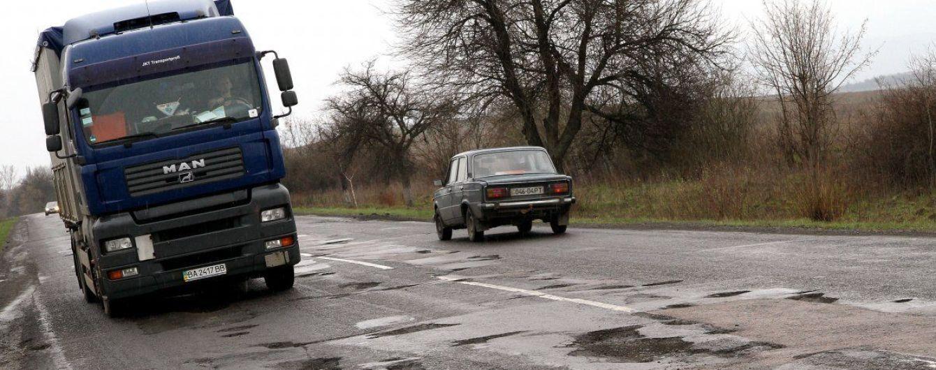 В ямы на важных шоссе Украины вкатают 500 миллионов гривен