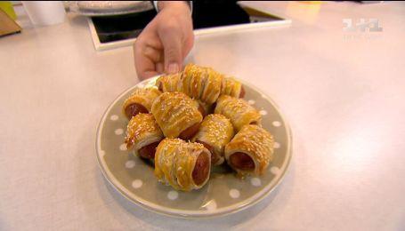 Руслан Сеничкин приготовил маленькие сосиски в тесте для вкусных перекусов