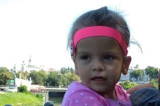Батьки Ксенії просять подарувати шанс на повноцінне життя їхній донечці