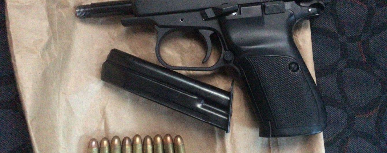 Во Львове задержанный грабитель украл пистолет копа и сбежал из полицейского участка