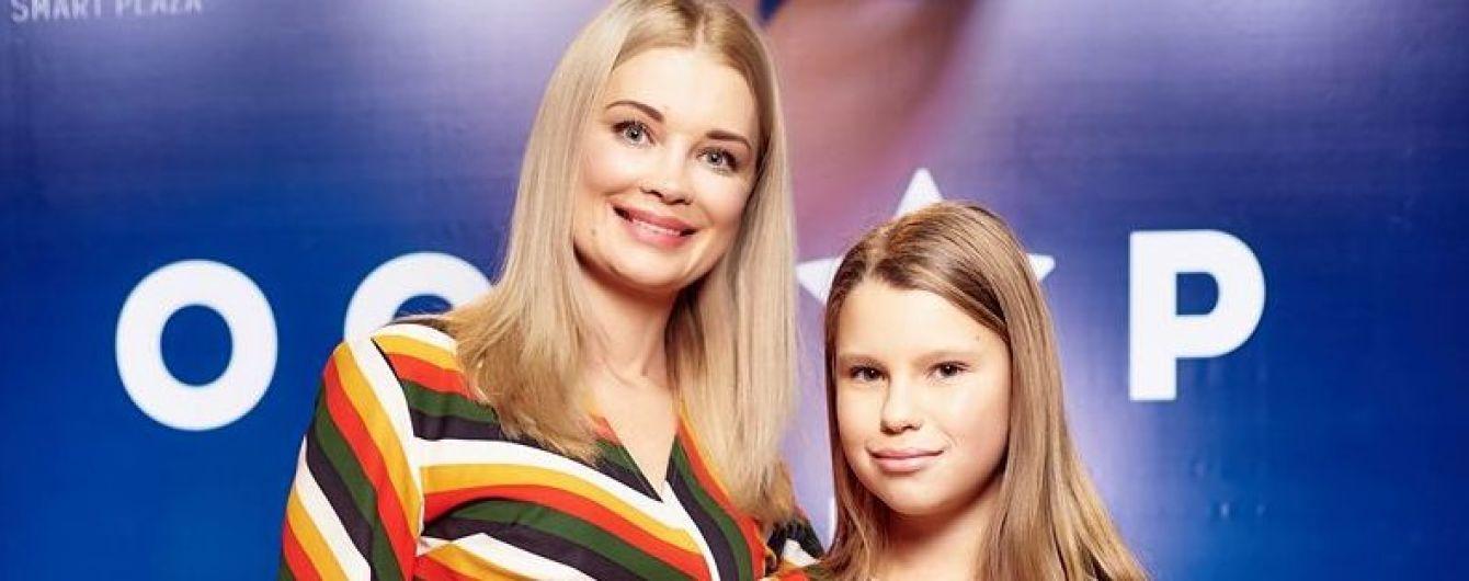У схожих сукнях: Лідія Таран з підрослою донькою у смугастих вбраннях прийшли на відкриття кінотеатру