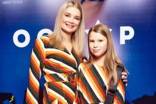 В похожих платьях: Лидия Таран с подросшей дочкой в полосатых нарядах пришли на открытие кинотеатра