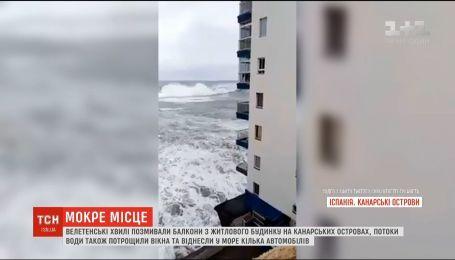 Гигантские волны смыли балконы из жилого дома на Канарах