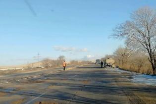 В России в мороз ямы на дороге залили водой и посыпали песком