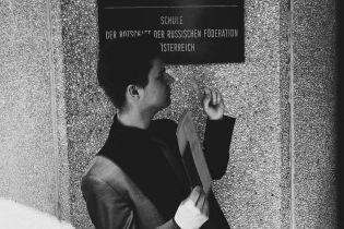 Син постпреда України при ОБСЄ у соцмережах постить фото з Путіним і фотографується біля посольства РФ