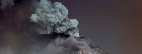 Клуби диму і розпечена лава. Reuters показало знімки виверження вулкана у Гватемалі